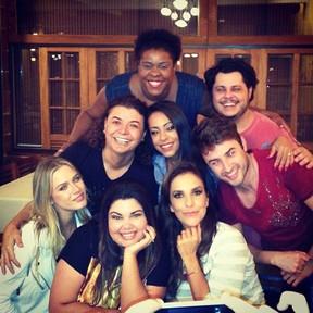 Ivete Sangalo com elenco do programa 'Vai que cola' em churrascaria no Rio (Foto: Instagram/ Reprodução)