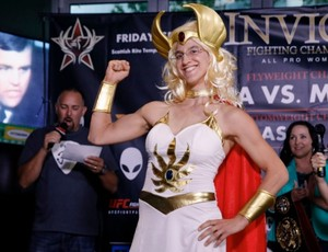 BLOG: Adversária de brasileira no Invicta, ex-UFC vai à pesagem vestida de She-Ra; veja