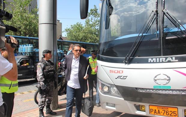 Vanderlei Luxemburgo na chegada do Grêmio a hotel de Quito (Foto: Robson Stefani/RBS TV)