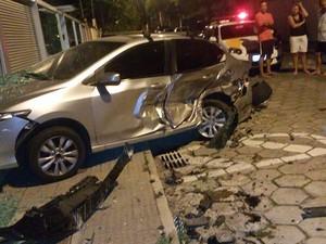 Carro batido em rua em Jardim Camburi (Foto: Nídia Souza/ Arquivo Pessoal)