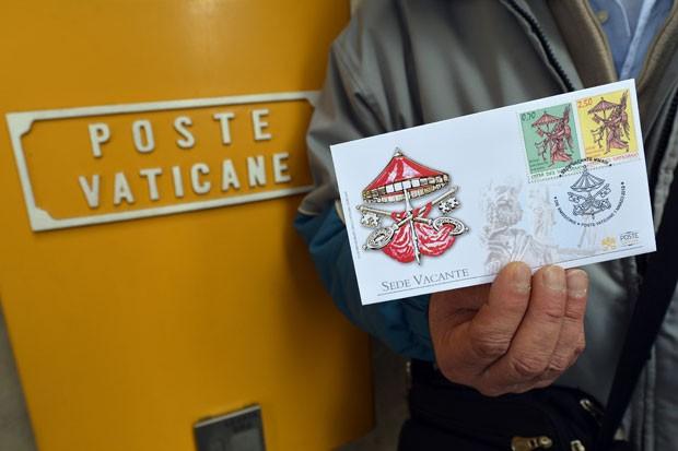 Selos especiais do Correio do Vaticano marcam a renúncia de Bento XVI (Foto: Alberto Pizzoli/AFP)