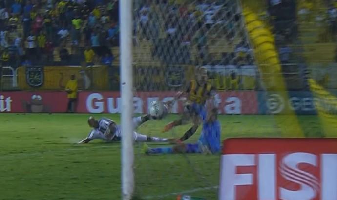 Hugo bateu na saída do goleiro Diego Cavalieri (Foto: Reprodução/Premiere FC)