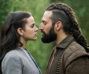 Bruna Marquezine e José Fidalgo em cena de 'Deus salve o rei' | Rede Globo / João Miguel