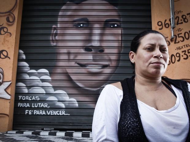 Valeska perdeu o filho Kauan, de 21 anos. A família fez uma homenagem e pintou seu rosto na porta do salão de beleza do pai, na Penha (Foto: Caio Kenji/G1)