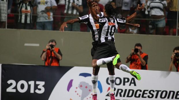 Jô e Ronaldinho gol Atlético-MG (Foto: Lucas Prates / Ag. Estado)