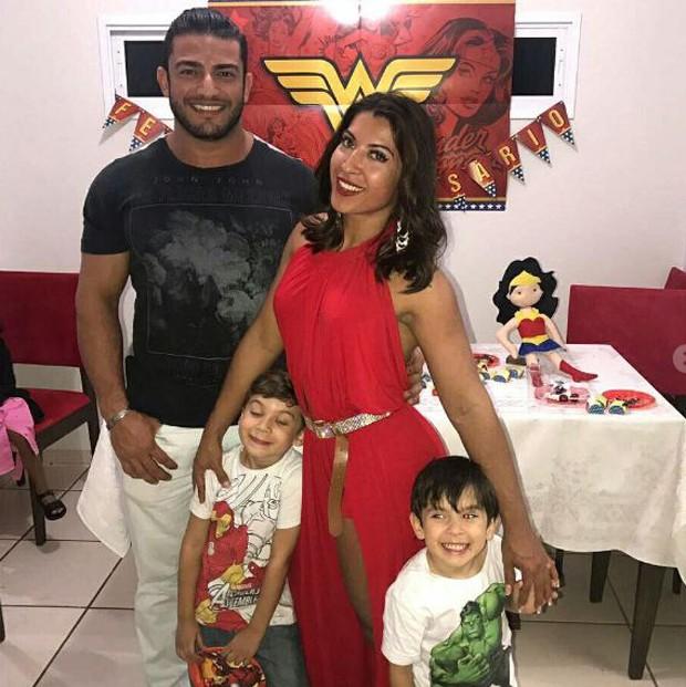 Priscila Pires com o namorado e os filhos (Foto: Reprodução/Instagram)