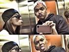 Anitta faz caras e bocas no elevador com amigo