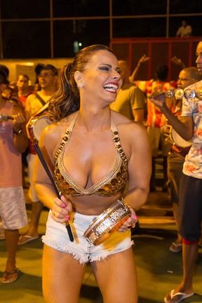 Viviane Araújo em ensaio de rua do Salgueiro na Zona Norte do Rio (Foto: Alex Nunes/ Divulgação)