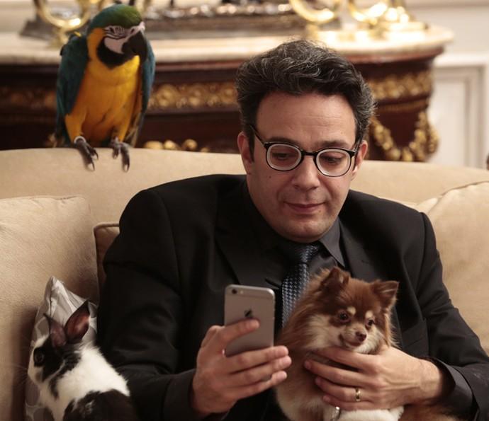 Marcelo Médici é observado por arara enquanto faz selfie com o cãozinho (Foto: Felipe Monteiro/Gshow)
