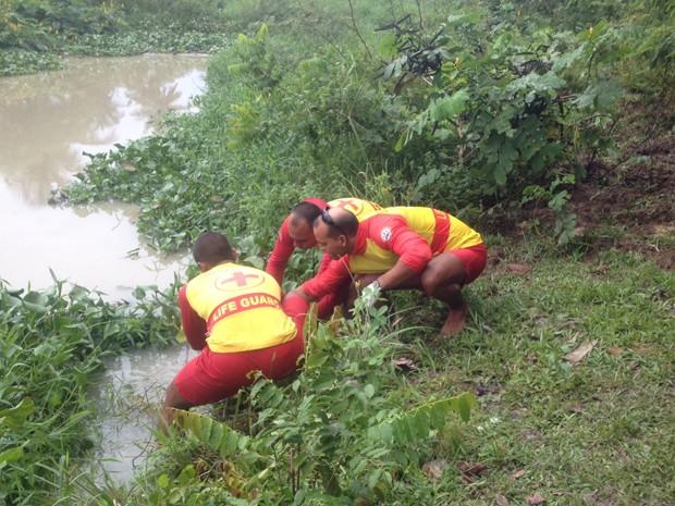 Corpo de homem foi retirado do Rio Jaguaribe com mãos e pés amarrados  (Foto: Walter Paparazzo/G1)