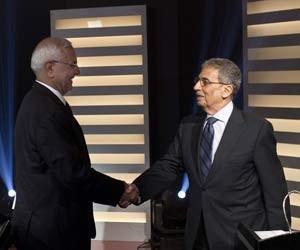 Os candidatos a presidente Amr Moussa (dir.) e Abdel Moneim Abol Fotouh se cumprimentam durante debate no Egito (Foto: Almasry Alyoum Newspaper /Ahmed Hayman / Reuters)