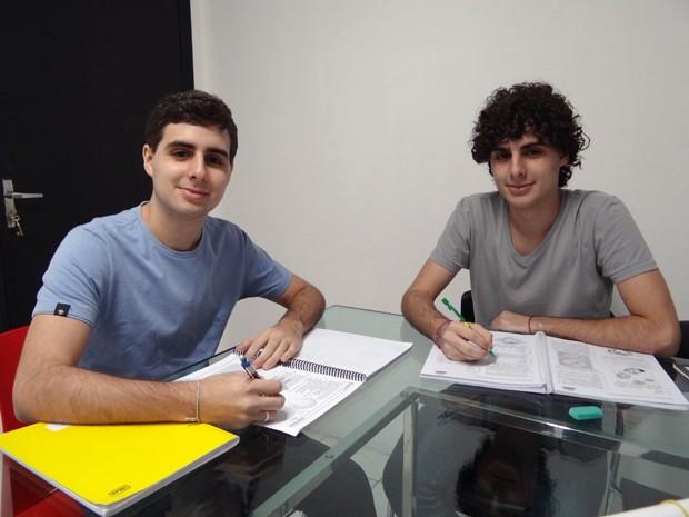Ler logo o que a questão pede é a dica dos gêmeos Flávio e Fábio sobre o Enem. (Foto: Katherine Coutinho / G1)