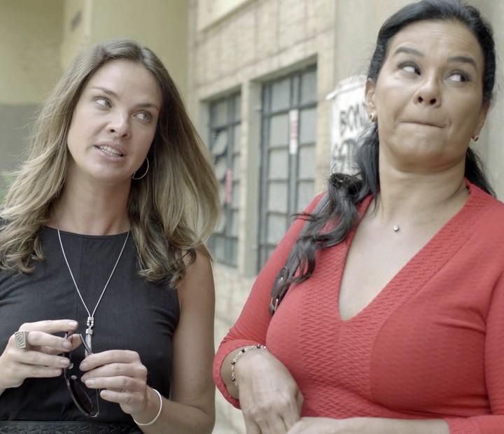 Monique e Vanda gostam de dar a péssima notícia para a menina (Foto: TV Globo)