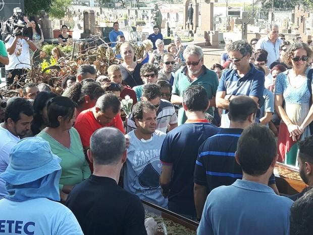 Sobrevivente da chacina acompanha enterro das vítimas em Campinas (Foto: Murillo Gomes / G1)