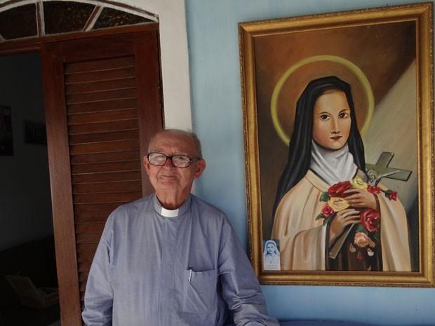 Padre Belmiro Humberto ao lado do quadro de Santa Terezinha (Foto: Priscila Miranda / G1)