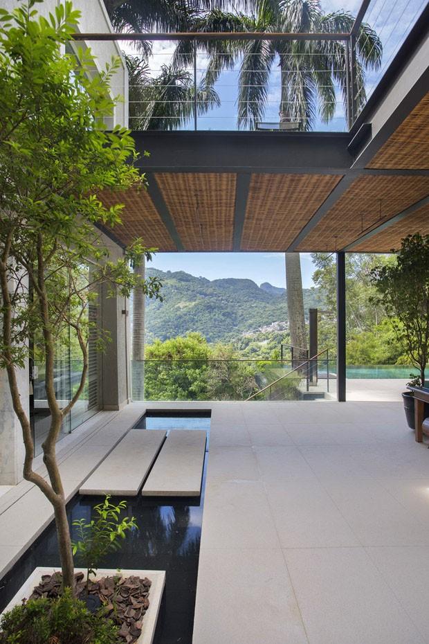 Piscina com borda infinita é destaque em casa no Rio de Janeiro (Foto: Denilson Machado/ MCA Estúdio)