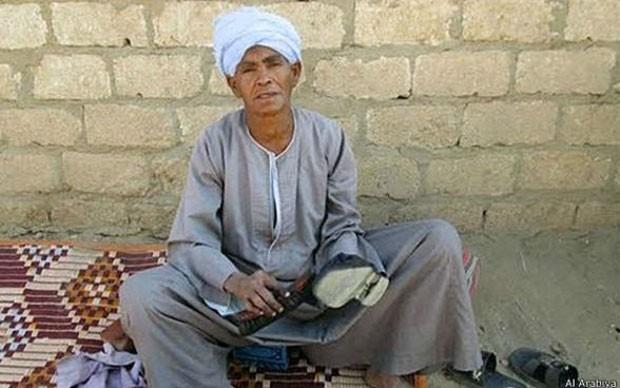 Sisa raspou a cabeça, começou a usar roupas largas e um turbante para poder trabalhar (Foto: Al Arabiya/BBC)
