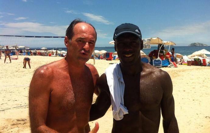 Seedorf com o Carlos Eugênio Simon, ex-árbitro, na praia do Leblon (Foto: Reprodução )