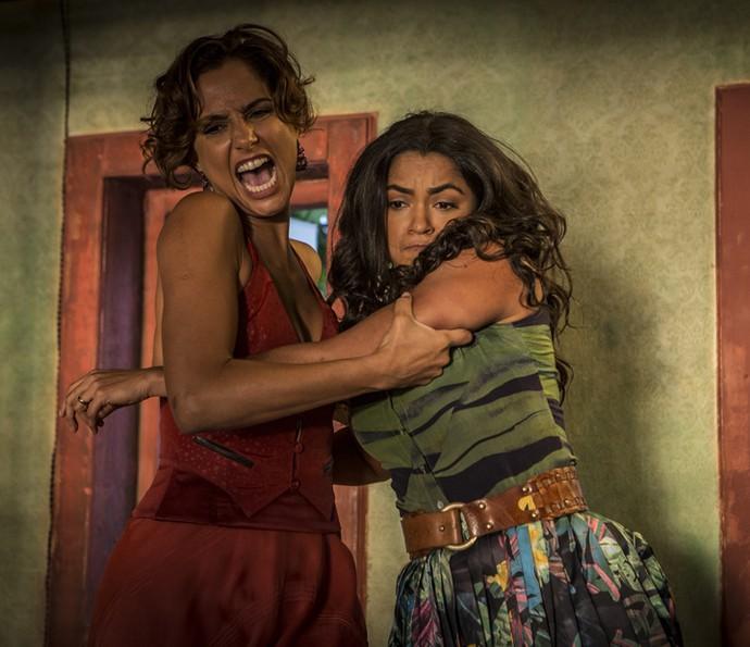 As duas saem no tapa (Foto: Inácio Moraes/Gshow)