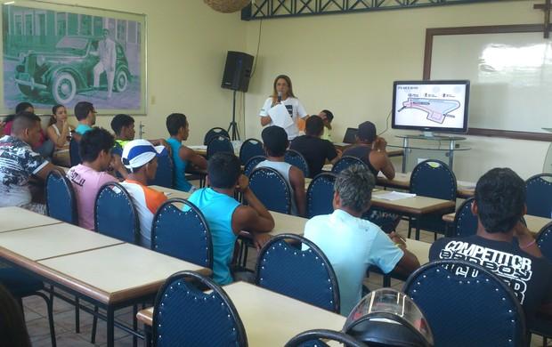 Atletas e coordenação durante o congresso técnico do XV Triatlon Tapajós (Foto: Weldon Luciano  - GloboEsporte.com)