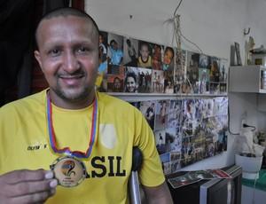 'Zé' e a medalha mais famosa da coleção do atleta (Foto: Renan Morais/ globoesporte.com)