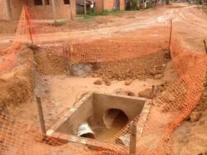 Comerciante reclama que buraco foi aberto há pelo menos três meses e continua na mesma situação (Foto: Larissa Matarésio/G1)