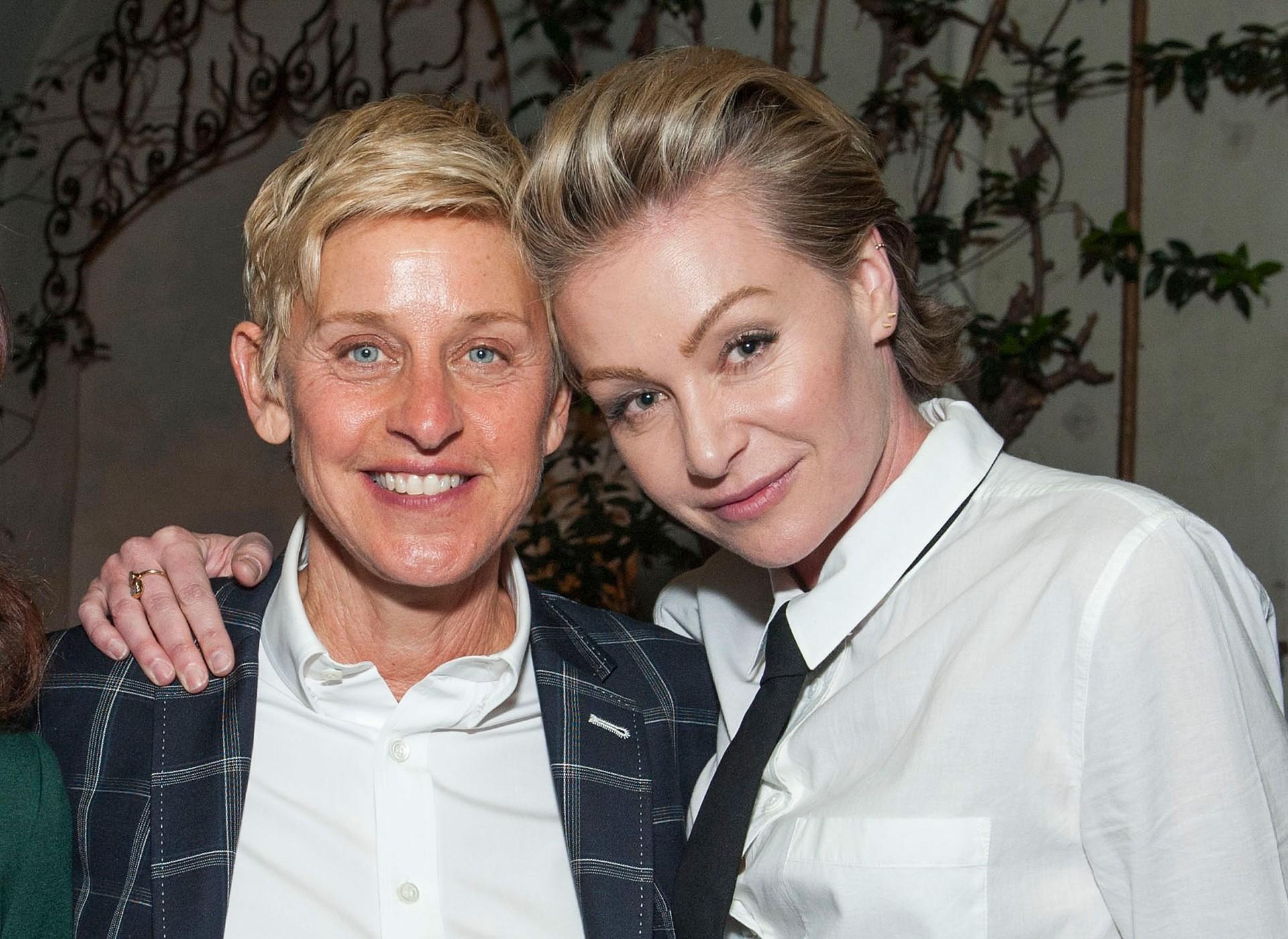 """Em 2013, a mulher da apresentora DeGeneres disse ao Us Weekly """"há certa pressão perto dos 30 e você pensa 'Vou ter filhos para não perder algo que outras pessoas parecem amar? Ou esse é um desejo genuíno do meu coração? Não senti que a resposta foi 'sim' para a última pergunta."""" Ellen, por sua vez, contou à publicação People que """"provavelmente seríamos boas mães, contudo é a vida de um ser humano e, ao menos que você tenha excelente habilidades, é grande a quantidade de trabalho, fora a responsabilidade – Não quero estragá-los."""" (Foto: Getty Images)"""