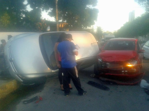 Um dos carros ficou virado na pista, ocupando um dos trechos da calçada (Foto: Anderson Carlos / WhatsApp)