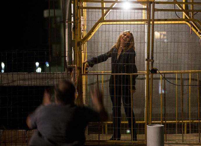 Atena aplica golpe e foge de prédio (Foto: Ellen Soares/ Gshow)