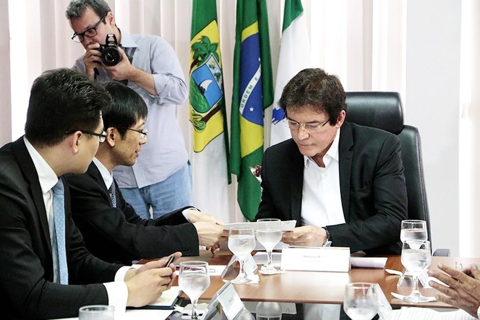 Governador Robinson Faria recebeu diretores da companhia chinesa em seu gabinete (Foto: Demis Roussos)