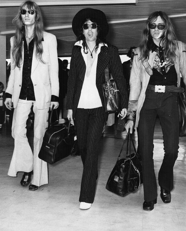 O cantor Alice Cooper com amigos nos anos 70 (Foto: Getty Images)