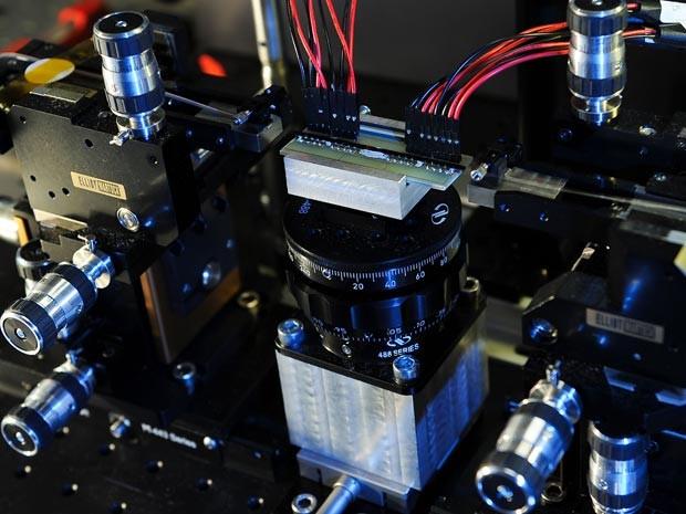 Aparelho desenvolvido pela Universidade de Bristol para fazer a experiência com os fótons (Foto: Peter Shadbolt/Divulgação)