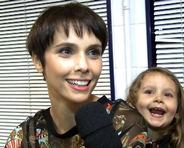 Débora Falabella se diverte com Nina durante a entrevista (Foto: Domingão do Faustão / TV Globo)