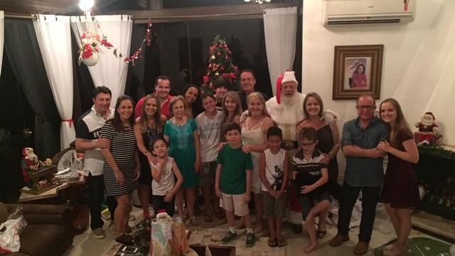 Suyanne e a fampilia reunida em Lages em mais um Natal na casa da avó (Foto: Suyanne Quevedo/Arquivo pessoal)