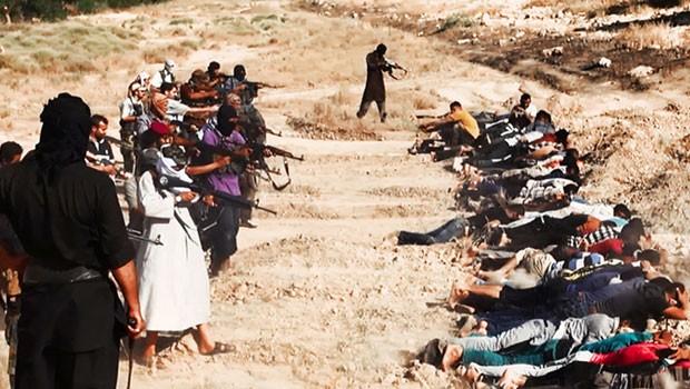 Combatentes sunitas executam soldados iraquianos vestidos de civis capturados de uma base em Tikrit (Foto: AP)