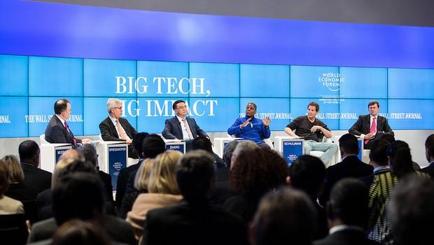 O moderador Matthew Murray, do Wall Street Journal, Ulrich Spiesshofer, Ya-Qin Zhang, Ursula Burns, Dan Schulman e Vittorio Colao (Foto: Sikarin Thanachaiary/Fórum Econômico Social)