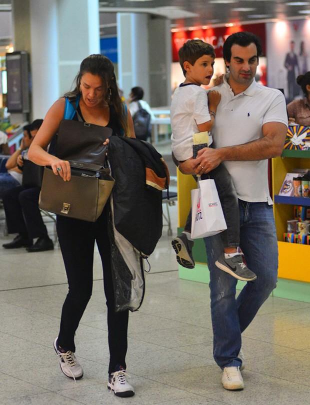 Letícia Birkheuer com o filho,  João Guilherme, e o ex-marido, Alexandre Furmanovich (Foto: Leo Franco/ AgNews)