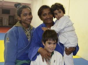 Judoca amapaense Débora Maciel ao lado da filha Lais e netos (Foto: Wellington Costa/GE-AP)