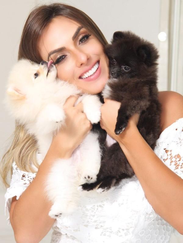 Nicole Bahls com os seus cachorrinhos (Foto: Divulgação)
