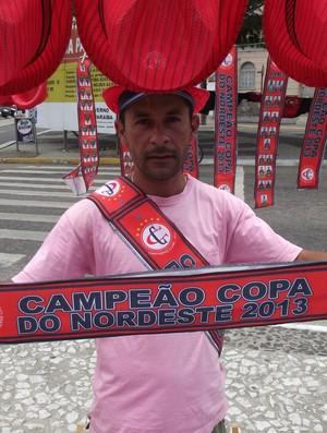 Vendedor de produtos do Campinense para a final da Copa do Nordeste (Foto: Silas Batista / Globoesporte.com/pb)