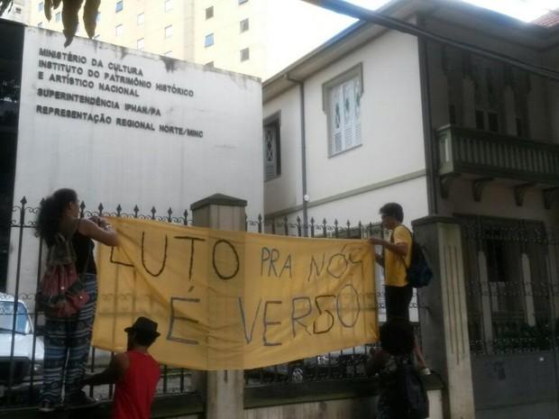 Manifestantes penduram faixas no prédio do iPhan, onde funcionava o Minc, em Belém, em um prédio anexo. (Foto: Ingo Müller/G1 Pará)