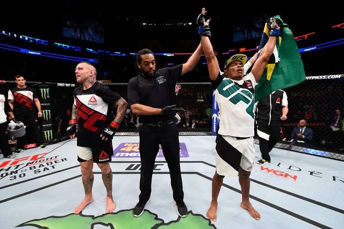 Francisco Massaranduba vence Ross Pearson, no UFC Boston (Foto: Getty Images )