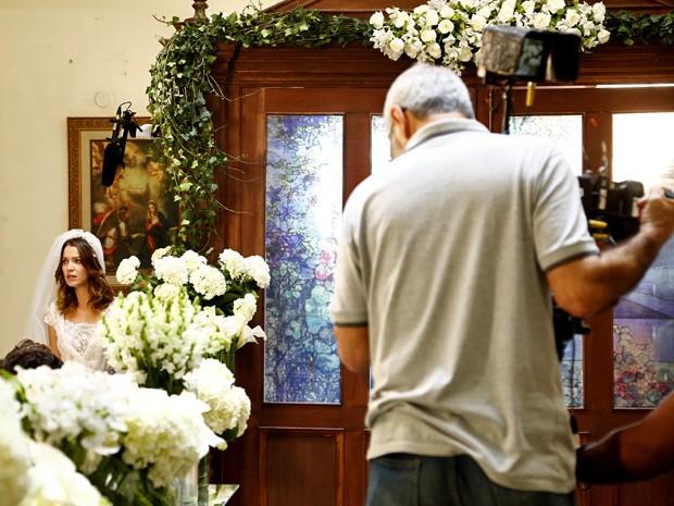 Em cena, Laura entra na igreja no dia de seu casamento com Caíque (Foto: Raphael Dias/ Gshow)
