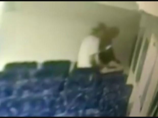 Mulher faz sexo oral em dois homens dentro de embarcação pública (Foto: Reprodução / G1)