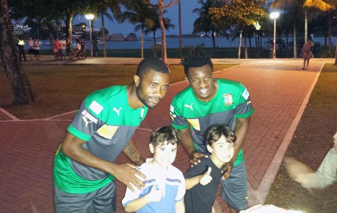 Moukandjou e Chedjou com fã no treino de Camarões (Foto: Bruno Marques)