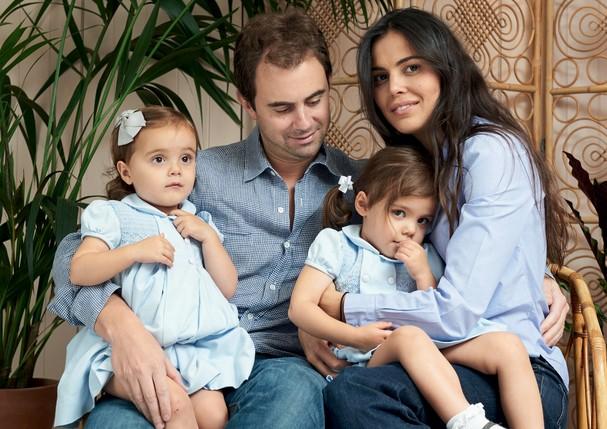 Gisela com Bianca no colo ao lado do marido, Michael, e da outra filha, Stella (Foto: Arquivo Pessoal)