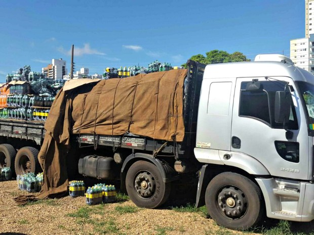 Droga estava escondida entre fardos de refrigerante, segundo a polícia (Foto: Divulgação/Polícia Civil de MT)