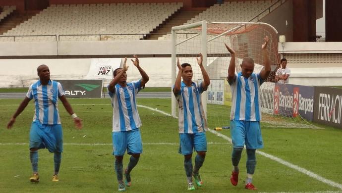Jogadores comemoram o primeiro gol da vitória sobre o São Francisco (Foto: Gustavo Pêna)