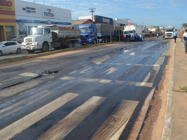 PIsta de rodovia BR-364 está interditada após colisão (Foto: Pâmela Fernandes/G1)