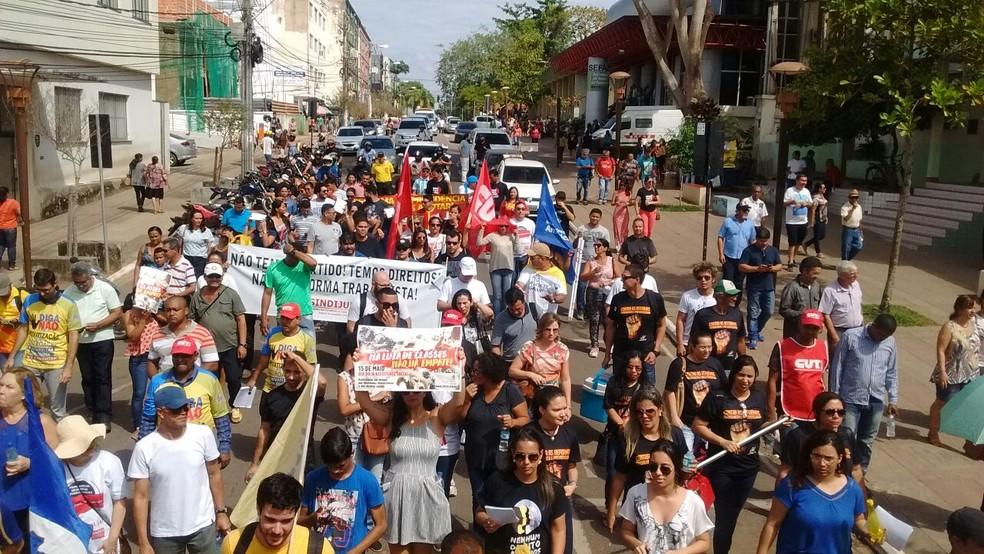 Manifestantes caminharam até o Terminal Urbano de Rio Branco (Foto: Aline Nascimento/G1)